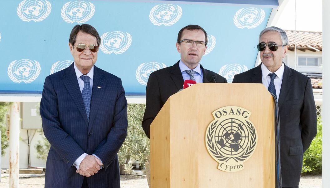 Tidligere utenriksminister Espen Barth Eide (i midten) har forsøkt å mekle mellom gresk-kyprioternes Nikos Anastasiades (t.v.) og tyrkisk-kyprioternes Mustafa Akıncı  (t.h.). Nå ser det ut som om forhandlingene er gått i stå.  (Foto: Xinhua / Sipa USA / NTB Scanpix)