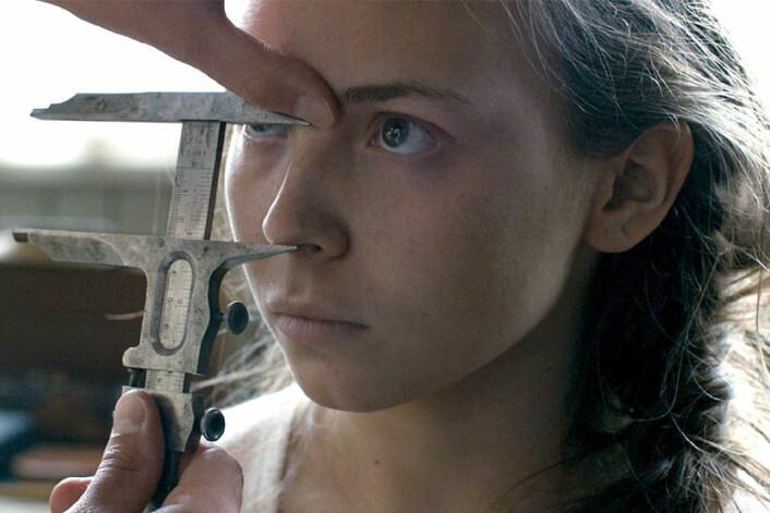 I filmen Sameblod måler rasebiologer internatskolebarnas hodeskaller. (Foto: Sophia Olsson / Storytelling Media)