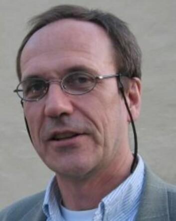 Jan Sture Skouen sier at forskning på ryggsmerter har lav status. Derfor bør de ulike helseforetakene øremerke flere midler til denne forskningen, mener han. (Foto: UiB)