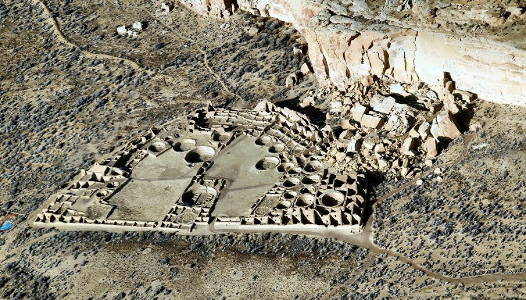 "Ruinene etter Pueblo Bonito sett fra lufta. (Foto: Bob Adams, Albuquerque, NM /<p><a href=""https://creativecommons.org/licenses/by-sa/3.0/"">CC BY-SA 3.0</a></p>)"