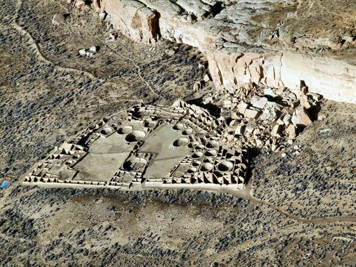 "Ruinene etter Pueblo Bonito sett fra lufta. (Foto: Bob Adams, Albuquerque, NM /<a href=""https://creativecommons.org/licenses/by-sa/3.0/"">CC BY-SA 3.0</a>)"