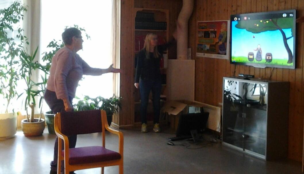 Når eldre strekker seg etter et eple på skjermen får de samtidig mer bevegelighet i armene. Denne 91-åringen har det gøy mens hun trener. (Foto: Ellen Brox)