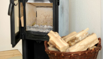 Nordmenn liker å fyre i peisen, også i små leiligheter i byen. Men det er kanskje ikke så miljøvennlig? (Foto: Frank May / NTB scanpix)