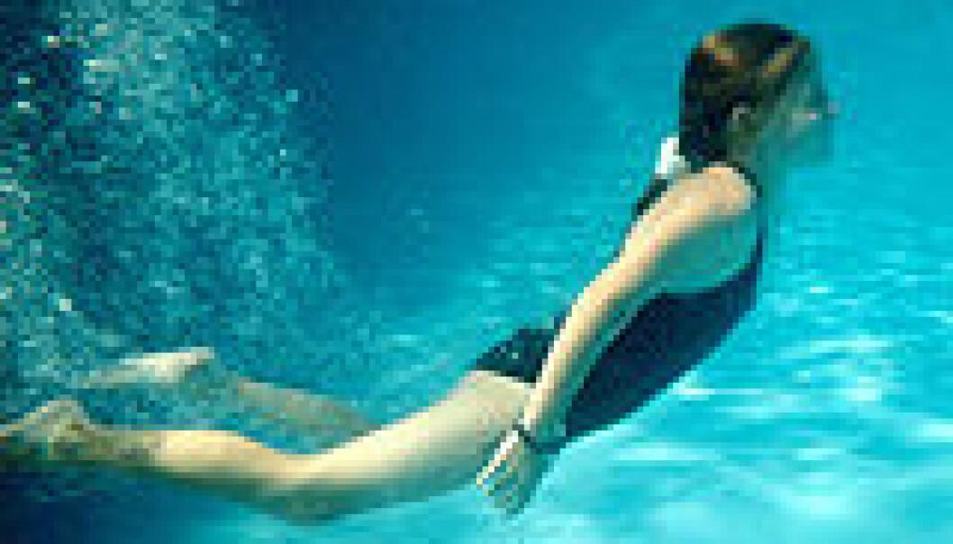 Om du tar med barna i svømmebassenget er det lurt å bruke svømmebriller. Urin i vannet kan irritere øynene.  (Foto: Wikipedia)