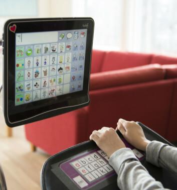 Sofie Hjaltadottir bruker talemaskin for å kommunisere. (Foto: Sonja Balci)