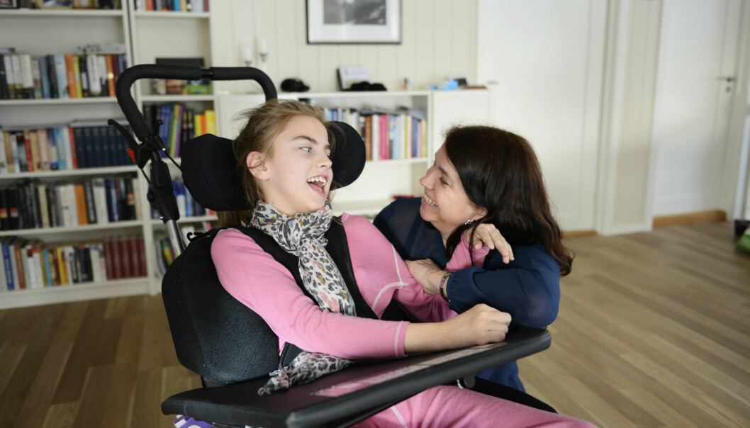 Sofie Hjaltadottir har en alvorlig form for cerebral parese, som gjør at hun trenger hjelp til det meste. Hun bruker smilet og øynene for alt de er verdt. Her med mamma Elin Langdahl. (Foto: Sonja Balci)