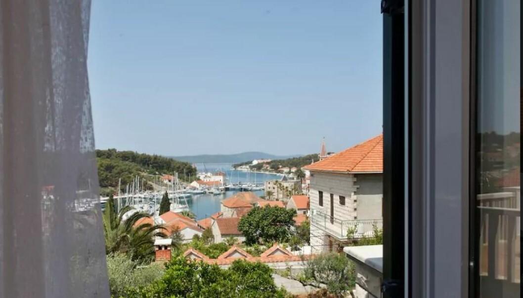 Bilder av boligen og utsikten er ikke nok, hvis du vil leie ut boligen din. Leietakere vil også se bilde av deg som vert eller vertinne, viser norsk studie. Dette bildet er fra en bolig i Milna, Brac i Kroatia. Vertinnen har bilde av seg selv på Airbnb-kontoen sin. (Foto: Airbnb)