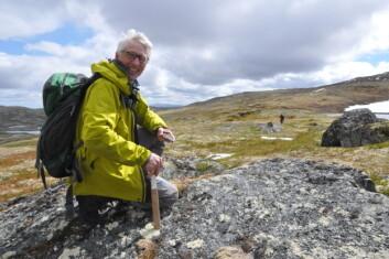 Forsker Tor Grenne ved Norges geologiske undersøkelse har deltatt i studien som nå er publisert i Nature, blant annet gjennom sitt arbeid ved Løkken gruver i Meldal. Her er han fotografert på feltarbeid i Hessdalen. (Foto: Gudmund Løvø)