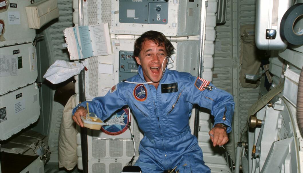 Humor er viktig for å holde moralen oppe, mener antropolog. Her astronauten Joseph P. Allen om bord på romferga «Columbia» i 1982. (Foto: NASA)