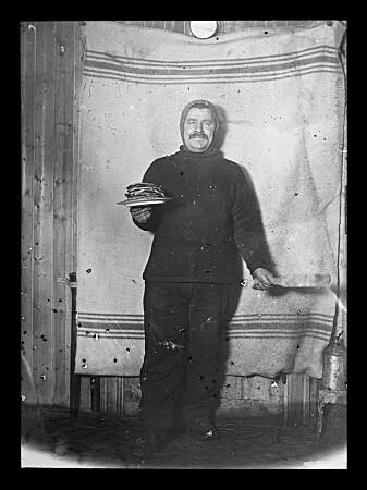 «Han har ydet de norske polarexpeditioner større & verdifullere tjenester enn noen annen mann», skrev Roald Amundsen om Adfolf Henrik Lindstrøm. Her på Framheim i Hvalbukta på Antarktis i 1911. (Foto: Nasjonalbibliteket)