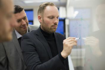 Ole-Christoffer Granmo er spesialist på selvlærende algoritmer og er i gang med et fireårig forskningsprosjekt støttet av Forskningsrådet. Han leder prosjektet sammen med Bernt Viggo Mathisen (t.v.) som er leder for industriell forskning, og nestleder Morten Goodwin (ytterst til venstre). (Foto: Marie Rosenborg Wadahl)