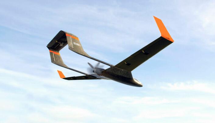 Når den selvstyrte dronen nærmer seg landingsplassen, vil en fangline med krok falle ut fra undersiden av flykroppen. (Illustrasjon: Maritime Robotics AS)