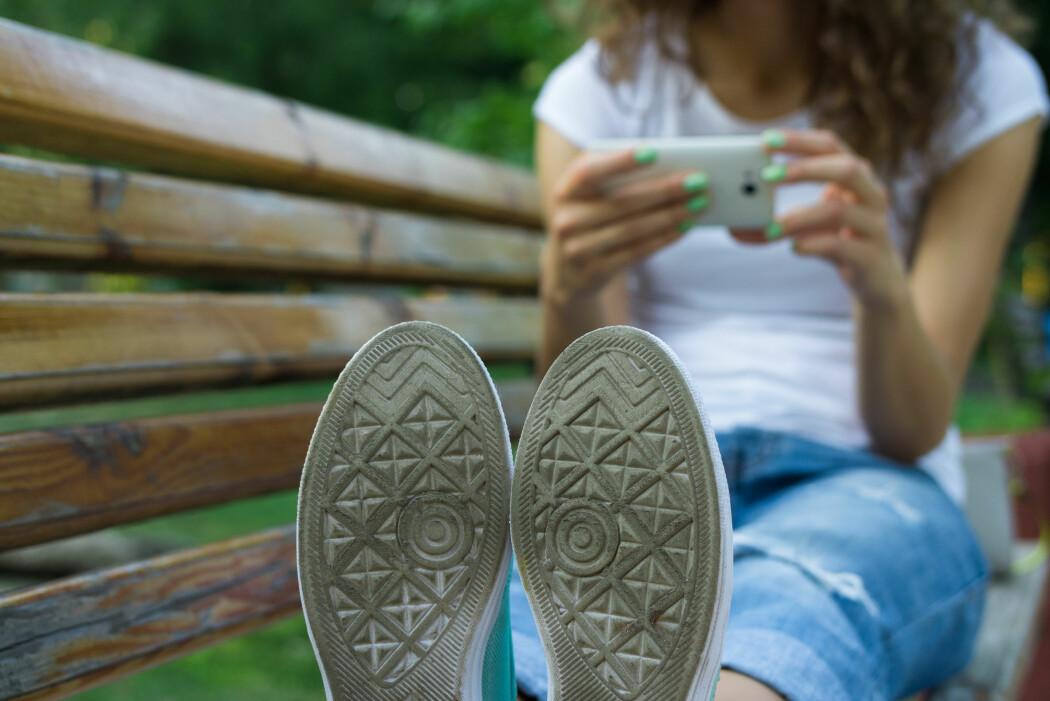Både skosåler og telefoner inneholder haugevis av bakterier. (Illustrasjonsfoto: Colourbox)