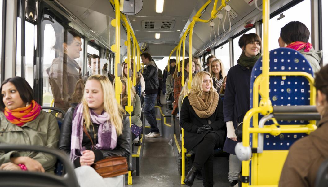 Nordmenn snakker ikke med vilt fremmede på bussen. Det er mye mer vanlig i for eksempel USA. Betyr det at vi er mer uhøflige enn amerikanerne? (Foto: Shutterstock / NTB scanpix)
