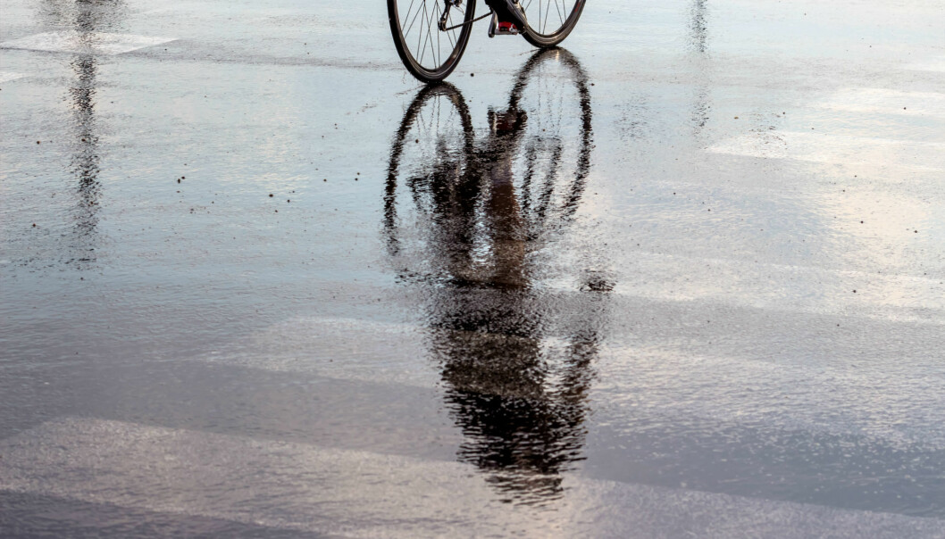 I stedet for å la vannet renne ut i sluk og rør, burde det få renne naturlig gjennom byer i regnbed og åpne dammer og kanaler, mener forsker.  (Illustrasjonsfoto: Colourbox)