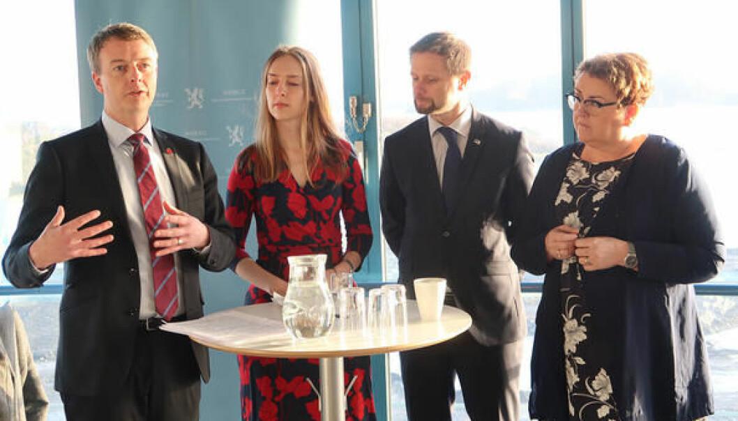På pressekonferansen tidlig torsdag informerte olje- og energiminister Terje Søviknes om at Fornybarfondet AS skal ligge i Stavanger. Stortingsrepresentantene Iselin Nybø (V), Bent Høie (H) og Olaug Bollestad (KrF) kunne fornøyd konstatere at Rogaland gikk seirende ut av en knalltøff kamp om lokasjon for fondet.  (Foto: OED)