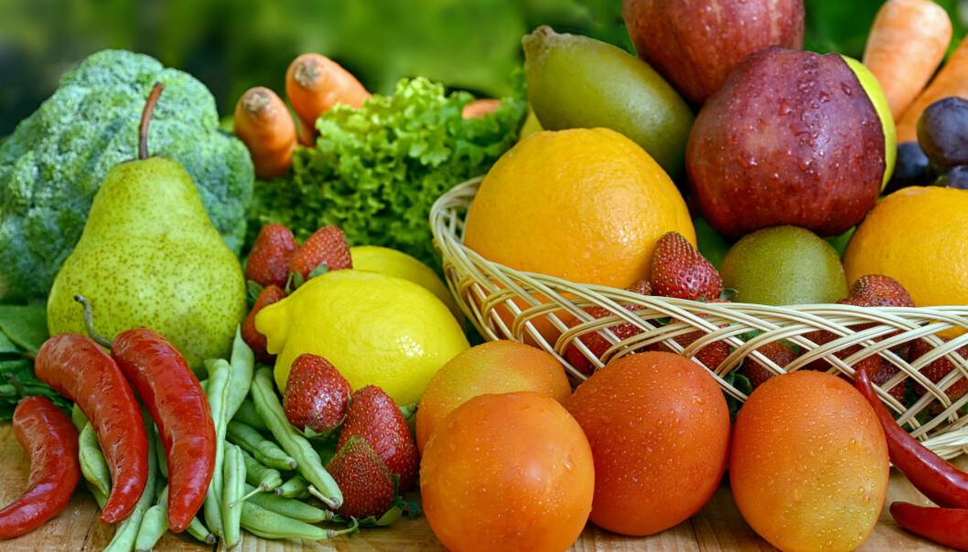 Epler og pærer, sitrusfrukter, fruktjuice, grønne bladgrønnsaker og frukt og grønnsaker rike på vitamin C, varblant typene frukt og grønt som var koblet til redusert risiko for hjerte- og karsykdommer og tidlig død. (Illustrasjonsfoto: Colourbox)