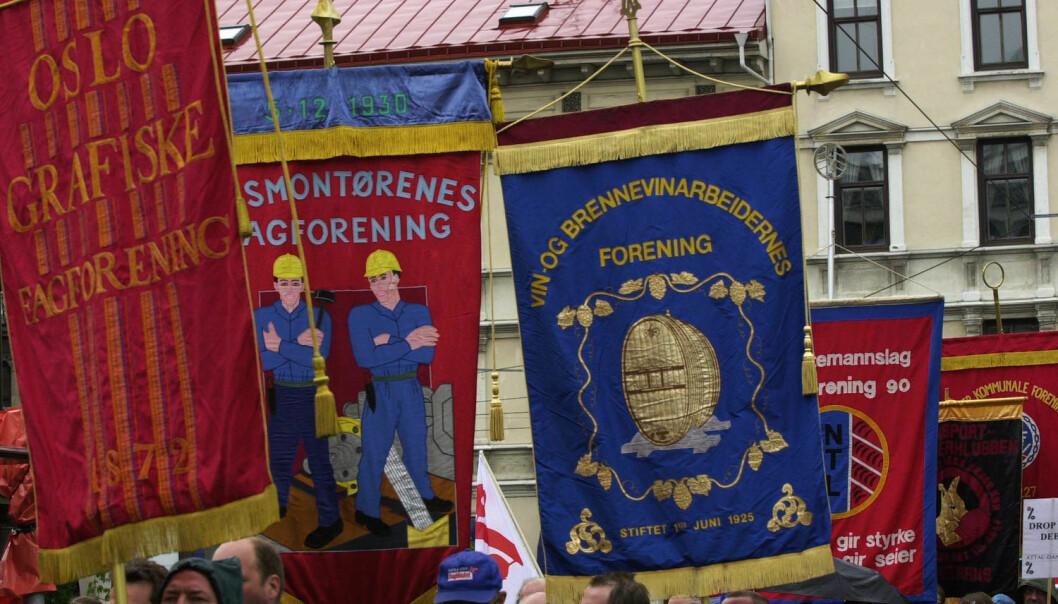 Mye av vitsen med å være fagorganisert er å få høyere lønn. Forskere ser klart at dersom flere på en arbeidsplass er organisert, så øker lønningene. Bildet er fra demonstrasjoner under EU-toppmøtet i Göteborg i 2001.  (Foto: Erlend Aas / NTB Scanpix)