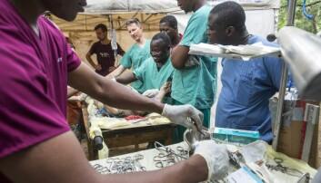 Studentene går gjennom forskjellige kurs. Her lærer de å sette bedøvelse på griser. (Foto: Magnus Endal, CapaCare)