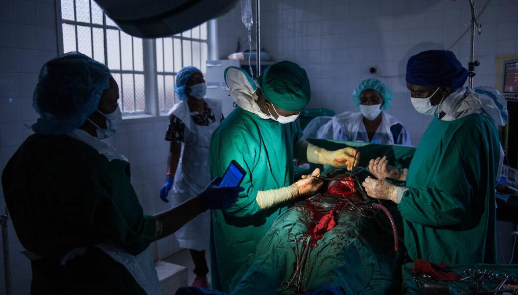 Et nødinngrep ved Kenema-sykehuset. CapaCares Ibrahim M. Sessay og sykepleier Lahai Bockarie under operasjonen. (Foto: Magnus Endal, CapaCare)