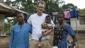 Alex van Duinen sammen med pasienter i Sierra Leone. (Foto: Magnus Endal, CapaCare)
