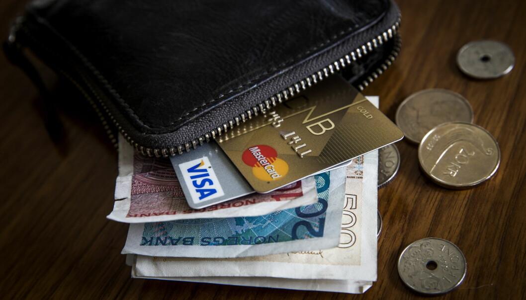Det skader ikke å sjekke prisene på bank, telefon, strøm eller forsikring. (Foto: Erlend Aas / NTB scanpix)