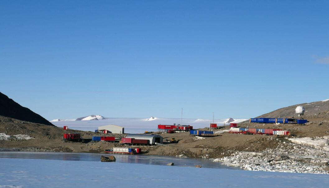 Den norske Troll-stasjonen åpnet som helårig stasjon i Dronning Maud Land i 2005. Troll ligger på barmark i innlandet og i nunatakområdet Jutulsessen, fullstendig omringet av den mektige antarktiske iskappen. (Foto: Sven Lidström, Norsk Polarinstitutt)