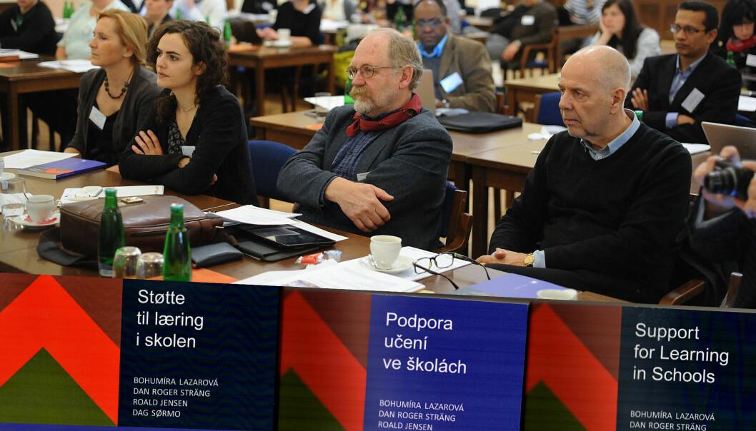 På konferanse i Praha, fra venstre Bohumira Lazarova, den norsk/tsjekkisketalende sekretæren Klara Zaleska, samt medforfatterne Dag Sørmo og Roger Sträng fra Høgskolen i Østfold. (Foto: Høgskolen i Østfold)