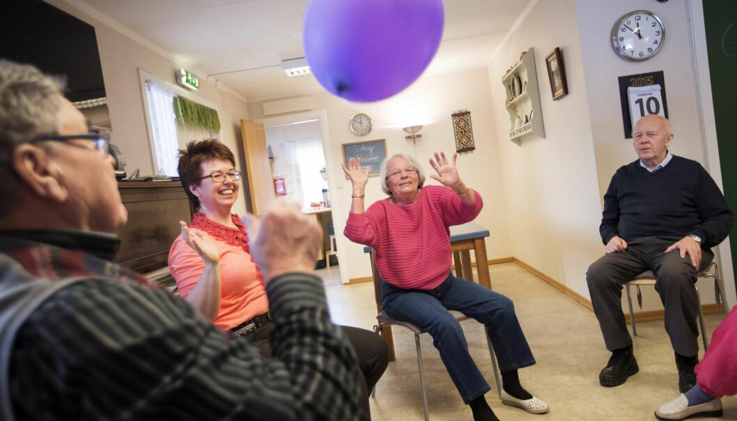 Både pårørende og helsepersonell må være opptatt av å ivareta gode forhold til personer med demens.  (Illustrasjonsfoto: Martin Lundsvoll/Aldring og helse)
