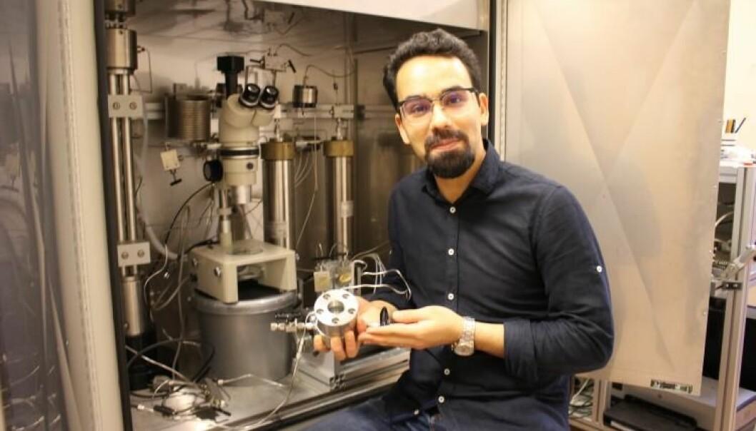 – Å forstå den grunnleggende fysikken er en forutsetning for å gjennomføre sikker CO₂-lagring i stor skala, sier Mohammad Nooraiepour, her i et laboratorium med en nyutviklet trykkbeholder. (Foto: Dag Inge Danielsen/UiO)