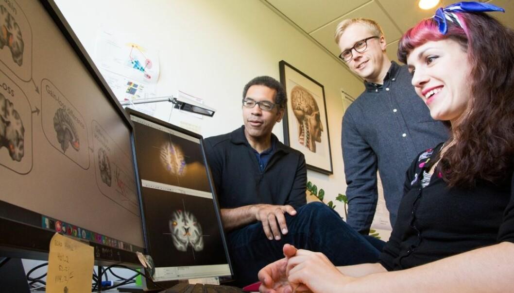 En forskergruppe har brukt hjerneavbildningsteknikker for å forstå hvordan hjernen arbeider når pasienten får ADHD-medisin og når den får narremedisin. Fra venstre Guido Biele, Mads Lund Pedersen og Athanasia Monika Mowinckel. (Foto: Yngve Vogt)