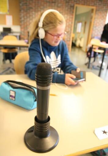 Hannah sitter på første rad i klasserommet på Dalgård skole, og har full kontroll på det som foregår. Alle pultene – og læreren - er utstyrt med mikrofoner som sender lyd direkte til en mottaker hos Hannah. (Foto: Statped)
