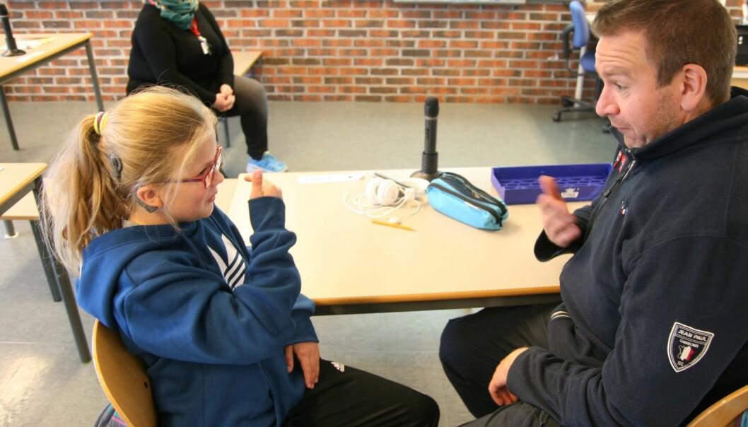 Hannah (12) er flerspråklig: Hun har tegnspråk som førstespråk, og norsk som andrespråk. Fungerer Hannahs hjerne annerledes enn vår – ettersom hun må forholde seg til et mer visuelt språk? (Foto: Statped)