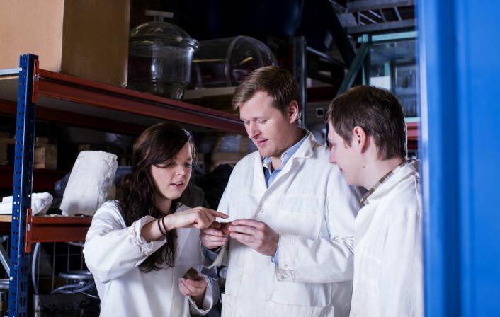 Fra venstre: Irene Ringen, Eystein Opsahl og Dmitry Shogin jobber alle med å øke utvinningen av olje på norsk sokkel. De undersøker hvordan polymer kan brukes til å lure mest mulig olje ut av porene i havbunnen. Foto: Elisabeth Tønnessen (Foto: Shutterstock / NTB scanpix)
