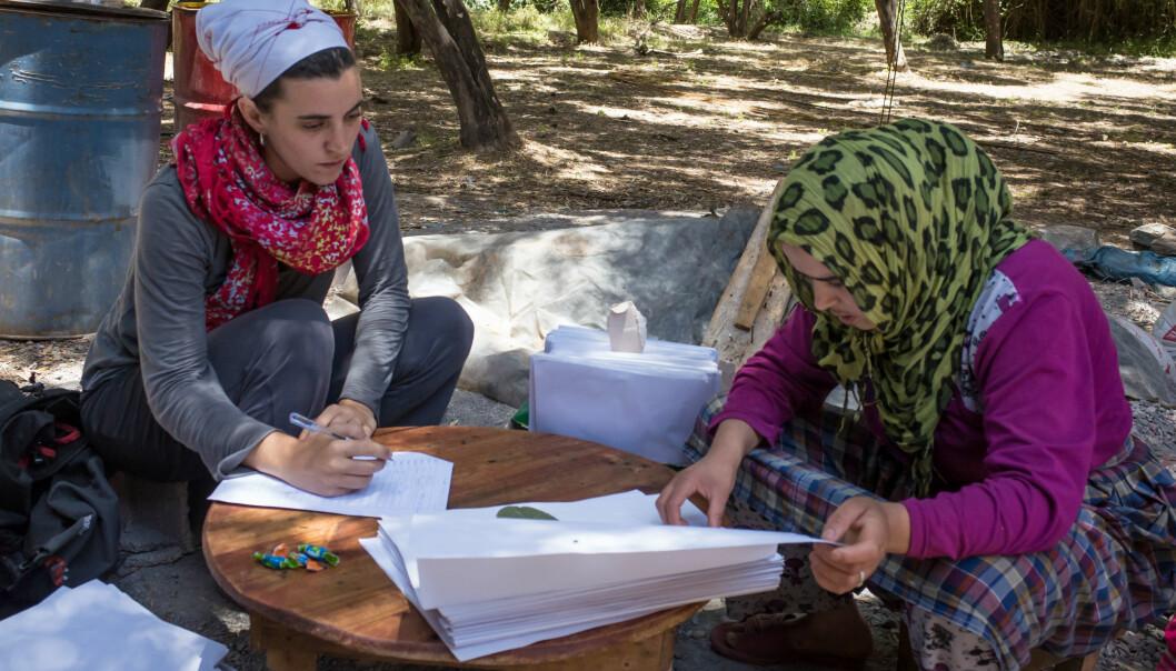 Forsker Irene Teixidor-Toneu med en av Amazigh-berberne som bidro til hennes grundige studie av plantebruk i Høy-Atlas. (Foto: Privat)