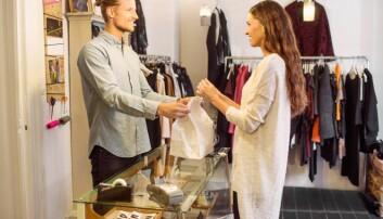 Det er flest kvinner som shopper for mye, men det er flest unge menn som ikke betaler regningene sine i tide. Nesten en tredjedel av unge mellom 18 og 30 år har opplevd å få inkassovarsel. (Foto: Maskot / NTB scanpix)