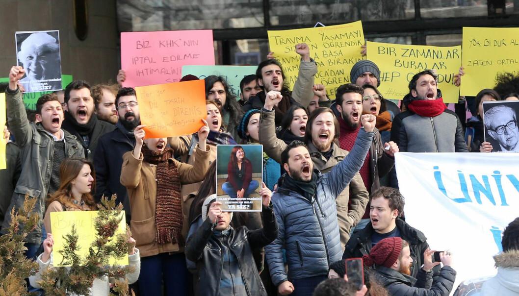 Studenter og akademikere ved Universitetet i Ankara i Tyrkia protesterte da flere innenfor akademia ble avskjediget fordi de ble anklaget for å være tilknyttet det mislykkede kuppforsøket i 2016. (Foto: Adem Altan/AFP Photo/NTB Scanpix)
