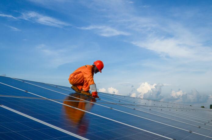 I stedet for solceller på private hjem bør de etableres på tak som er over 500 kvadratmeter store, konkluderer en rekke forskere i en rapport. (Foto: Sonpichit Salangsing / Shutterstock / NTB scanpix)