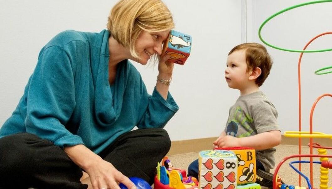 Annette Estes, en av forskerne bak den nye studien, leker med en toåring ved University of Washington Autism Center. (Foto: Kathryn Sauber)