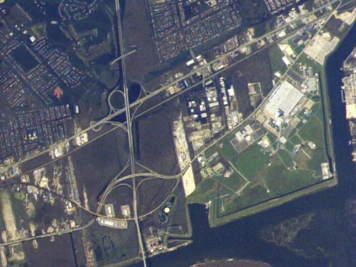 Michoud Assemby Facility var også under orkanen Katrina truet av naturødeleggelse, men unngikk det såvidt. Michoud er nederst til venstre i dette bildet fra Den internasjonale romstasjonen, mens de mørkere områdene er oversvømmet. (Foto: NASA)