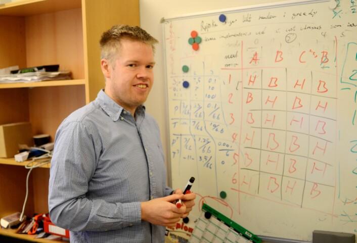 Lukas Bach tegner og forklarer hvordan du kan regne deg fram til alle mulige kamp-kombinasjoner. (Foto: Lisbet Jære)