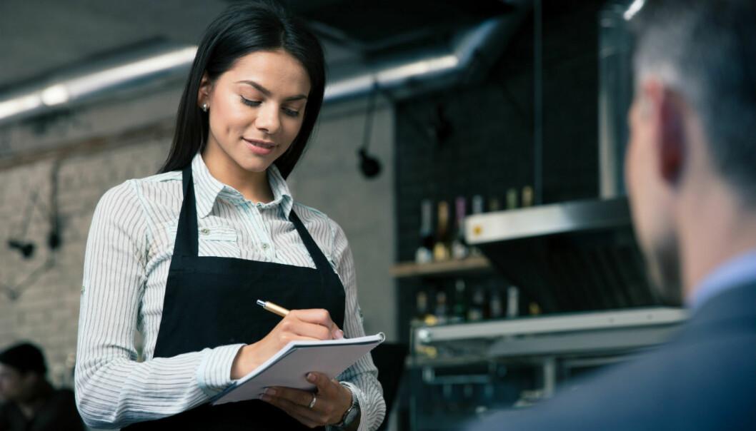 En ny studie viser at dersom kelneren ser sunn og frisk ut, velger kunden som regel et sunt alternativ.  (Illustrasjonsfoto: Colourbox)