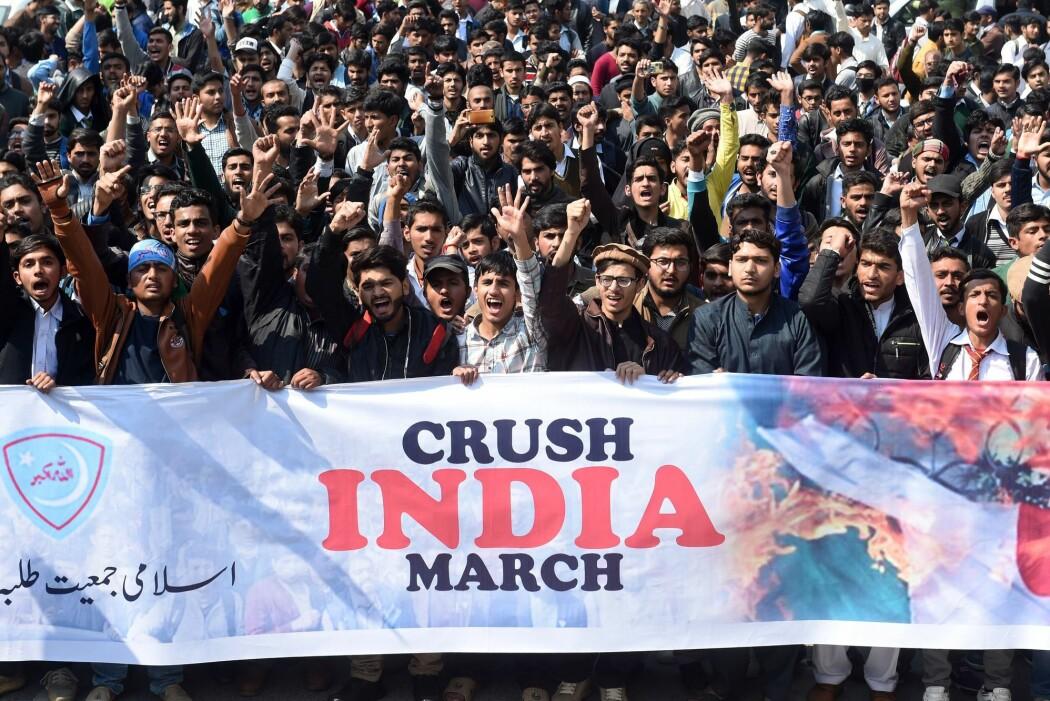 Pakistanske myndigheter hevder de skjøt ned to indiske kampfly i eget luftrom onsdag. Det ene flyet krasjet i den pakistanske delen av Kashmir, og to indiske flygere er angivelig tatt til fange. Bildet er fra demonstrasjon mot India i Lahore, Pakistan, 27 februar 2019. (Foto: Arif Ali / AFP / NTB Scanpix)