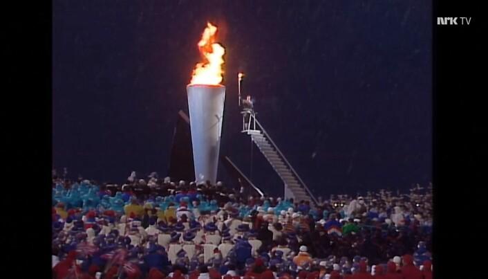 Kronprinsen har tent OL-fakkelen på Lillehammer, han var veldig tett på OL-fakkelen! (Skjermbilde fra NRK)