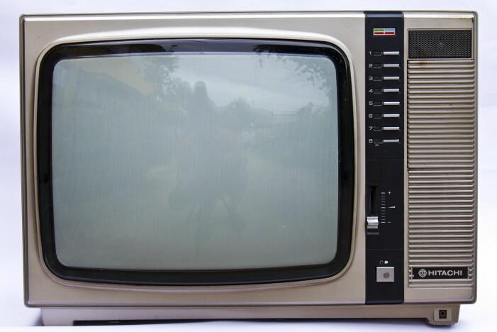 Ja, det er en TV. En gammel og lite hundevennlig TV. (Foto: Colourbox)