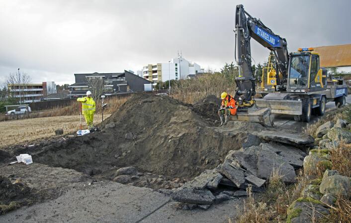 Ein gravemaskin gjorde fyrste del av arbeidet med å finne vegen frå vikingtida på Madla i Stavanger. (Foto: Arkeologisk museum, Universitetet i Stavanger)
