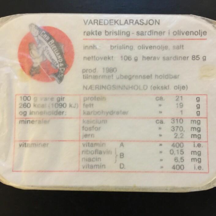 """Tidligere sto det """"Tilnærmet ubegrenset holdbar"""" på sardineskene, det er nok nærmere sannheten enn 5 år. Foto: MUST/ Norsk hermetikkmuseum"""
