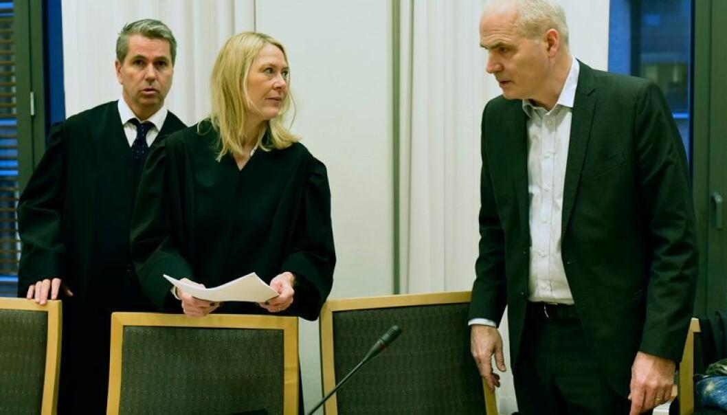 I tidligere saker har Peter Kierulf opptrådt nøytralt, men i denne har det vært skeivt. Det har vært mye støy som har gjort saken vanskelig å håndtere. Det konstaterte OUS' partsvitne John-Anker Zwart (t.h.) i Oslo tingrett tirsdag. På bildet sammen med sykehusets advokater i saken, Arne Moland og Anne Cathrine Røthe. (Foto: Ola Sæther/Uniforum)