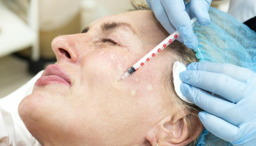 Tidligere undersøkelser viser at mange som velger å gjennomføre en kosmetisk operasjon, er svært opptatt av eget utseende. De har ofte et ønske om å bedre selvfølelsen gjennom å gjøre kroppen «penere» eller mer «normal». Men hva vil det egentlig si å ha et normalt utseende i dag?  (Illustrasjonsfoto: Colourbox)