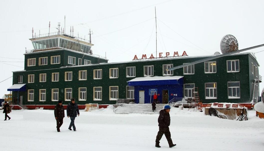 Bildet viser en liten flyplass som ligger i Nenetsia, et russisk distrikt. I dette området er forventet levealder for menn 57 år. Hva skyldes det? (Foto: Petr Gorbunov/Wikimedia commons CC BY-SA 4.0)
